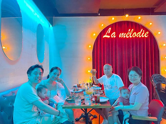 Nhân ngày của mẹ, nhạc sĩ Dương Khắc Linh và bà xã - ca sĩ Sara Lưu - tổ chức bữa tiệc nhỏ quy mô gia đình tại một nhà hàng ở quận 1 (TP HCM), mời bố mẹ ruột của nam nhạc sĩ và không thể thiếu sự góp mặt của hai thiên thần nhí Mickey và Jerry.