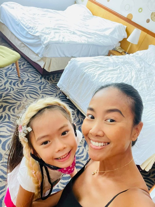 Nữ ca sĩ tận hưởng thời gian nghỉ ngơi hiếm hoi còn con gái cô vẫn duy trì học online. Từ Việt Nam, cô đã lo chu đáo các thủ tục nhập học cho con nên vừa qua tới nơi, bé Sol đã nhanh chóng thích nghi trường mới.