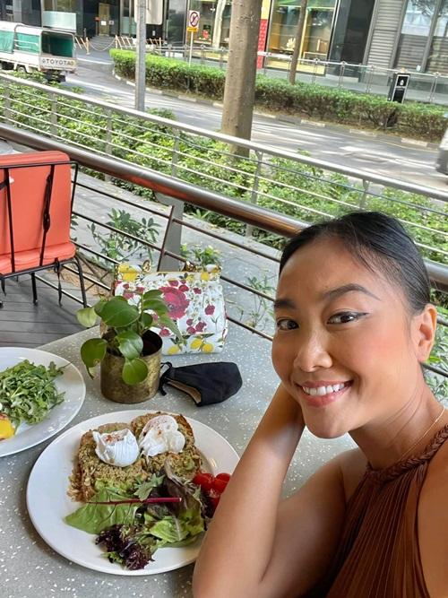 Gia đình Đoan Trang nhanh chóng ổn định cuộc sống tại Singapore trong tuần đầu rời khu cách ly. Ông xã của cô - anh Johan Wicklund, đã tới văn phòng làm việc còn con gái Sol kịp bắt nhịp lịch học tại trường mới. Lúc này, ca sĩ Socola thảnh thơi hẹn bạn dạo phố, thưởng thức một số món ngon địa phương.