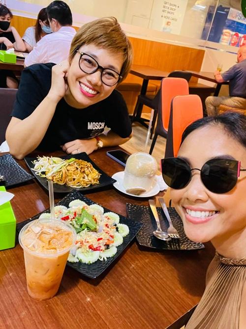 Đoan Trang có những người bạn thân tại đây. Khi cô cách ly ở khách sạn, một trong số họ đã nấu các món ăn Việt Nam như canh chua, thịt rang và gà kho gừng để gửi vào cho cô và chồng con đổi bữa.