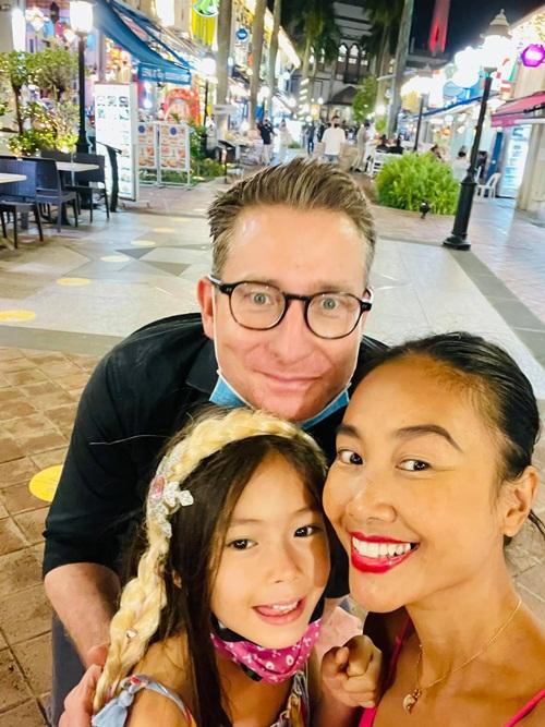 Buổi tối, nữ ca sĩ và chồng đưa con gái tham quan dãy phố đối diện khách sạn nơi họ lưu trú. Tại đây, Đoan Trang bắt gặp nhiều nhà hàng, quán bar, tiệm cafe mang phong cách đặc trưng của mỗi quốc gia như Ấn Độ, Ả Rập, Mexico, Thổ Nhĩ Kỳ, Thái Lan và cả Việt Nam.