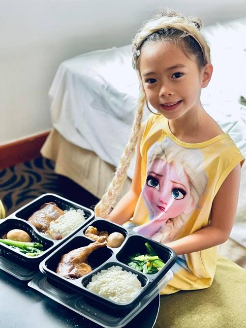 Sol thưởng thức bữa ăn cuối cùng trước khi ròi khách sạn. Suất cơm gồm rau, trứng và thịt gà. Trong lúc đó, vợ chồng Đoan Trang đã sắp xếp xong tám chiếc valy chứa đầy hành lý. Cô đợi kết quả xét nghiệm âm tính Covid-19 lần ba và thông báo rời khu cách ly là lao ra khỏi trại.