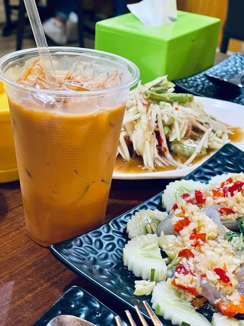 Cô mê mẩn ẩm thực đường phố tại đảo quốc sư tử nên phấn khích khi được ăn ngập lối về. Đoan Trang chủ yếu gọi các món nhiều rau xanh để giữ dáng.