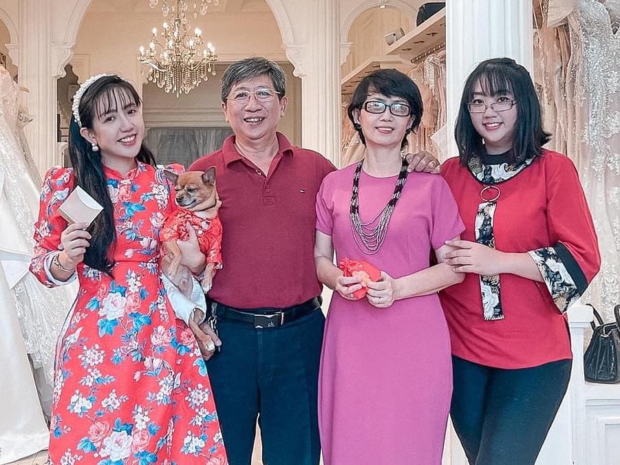 Nhà thiết kế Phạm Đăng Anh Thư chuẩn bị quà tặng bố mẹ.
