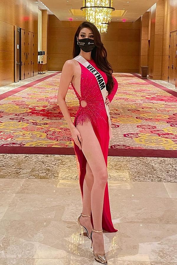Trước đó, vào buổi sáng cùng ngày, mỹ nhân Việt Nam diện váy lấy cảm hứng từ hoa súng ở miền Tây.