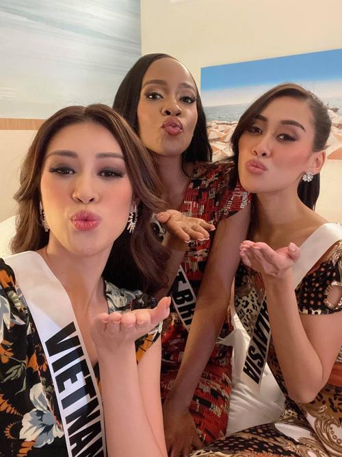 Đồ bộ có giá bình dân và mang nét đặc trưng của giới nội trợ Việt Nam được Khánh Vân chọn làm quà tặng cho hai thí sinh cùng tham gia Miss Universe 202.