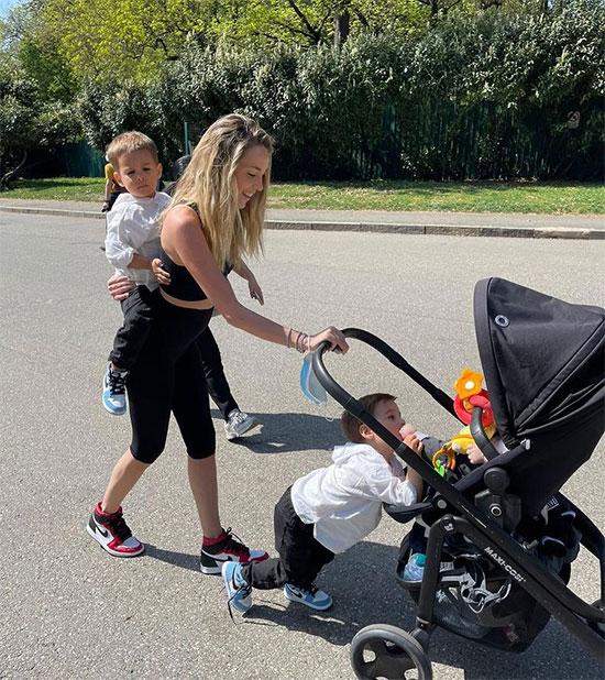 Giống bao bà mẹ khác, người đẹp Alice Campello có lúc tất bật với ba cậu con trai. Ảnh: Instagram.