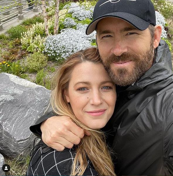 Ryan Reynolds đăng ảnh tình tứ bên vợ.