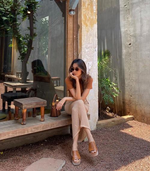 Áo thun nâu dễ mix cùng các mẫu quần jeans, chân váy trắng kem hay màu nude để mang lại hình ảnh hiện đại cho phái đẹp.