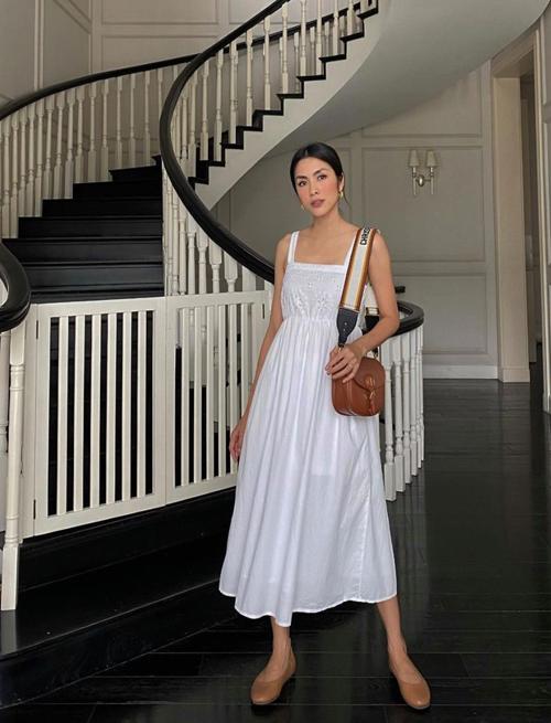 Song song với cách chọn váy áo tôn nâu dễ tôn làn da khỏe khoắn, Tăng Thanh Hà còn mix nhiều mẫu phụ kiện với gam màu cô ưa chuộng.