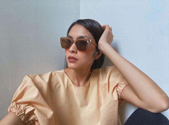 Kính mát mùa hè cũng được Tăng Thanh Hà lựa chọn hài hòa với kiểu áo tay chun thiết kế trên màu màu beige khó lỗi mốt.