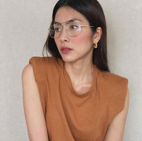Ngoài các mẫu áo thun dáng basic thông dụng, phái đẹp có thể tham khảo thêm các kiểu áo độn vaim áo sát nách hợp trend như của Tăng Thanh Hà.