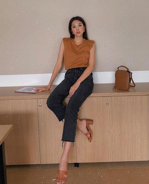 Tông nâu dễ khiến người mặc tự cộng thêm tuổi vì thế cách chọn các kiểu áo thun, túi xách dáng trẻ trung là bí quyết mix đồ cuốn hút của Tăng Thanh Hà.