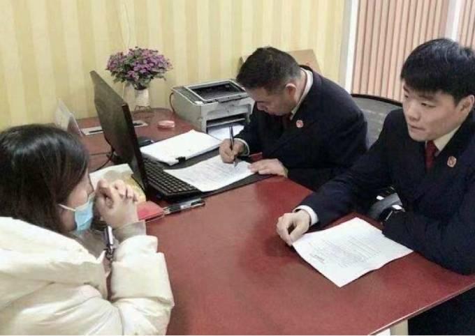 Cảnh sát Giang Tô trong một cuộc gặp với người phụ nữ. Ảnh: SCMP.