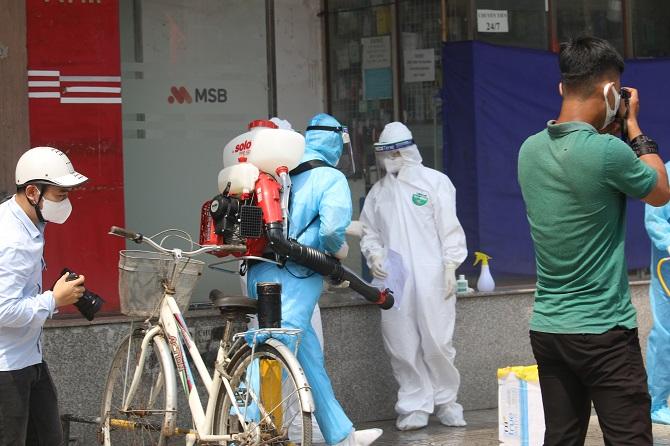 Sau khi tiến hành xét nghiệm, toàn bộ khu chung cư sẽ được phun khử khuẩn.