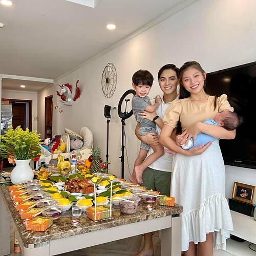 Lễ cúng đầy tháng cho con thứ hai của vợ chồng Chúng Huyền Thanh - Jay Quân. Cô vui mừng thông báo bé Jason đã nặng 5,3kg.