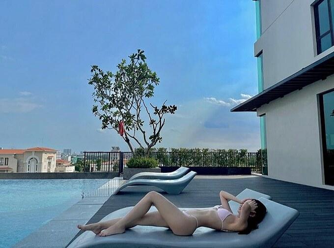 Jun Vũ phô đường cong cơ thể khi thư giãn bên hồ bơi.