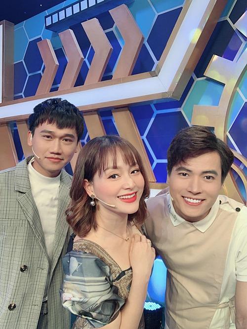 Lan Phương rạng rỡ bên Đỗ Xuân Nghị và Võ Tấn Phát khi tham gia một gameshow truyền hình.