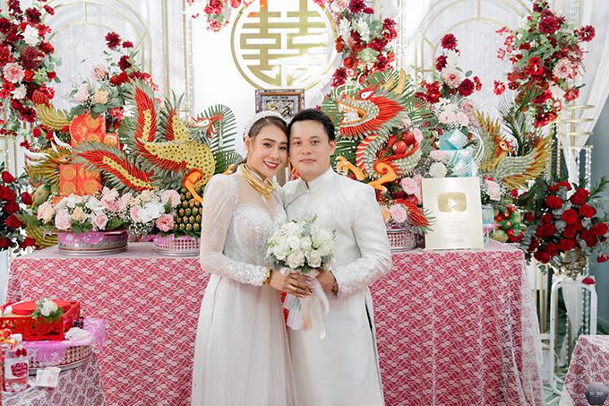 Vợ chồng Hồ Bích Trâm trong đám cưới ở Quảng Ngãi hôm 5/5.