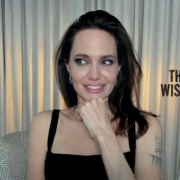Angelina Jolie phỏng vấn trực tuyến từ nhà riêng. Cô hiện bận rộn quảng bá bộ phim Those Who Wish Me Dead ra rạp vào tháng này.