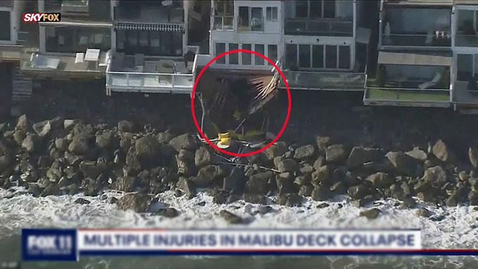 Phần ban công sau khi bị sập của ngôi nàh bên bãi biển Malibu, California. Ảnh: Fox 11.