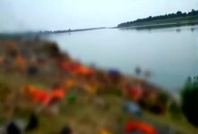 Các thi thể người chết đang được giới chức bang Bihar đem đi chôn hoặc hỏa táng. Ảnh: Times Now.