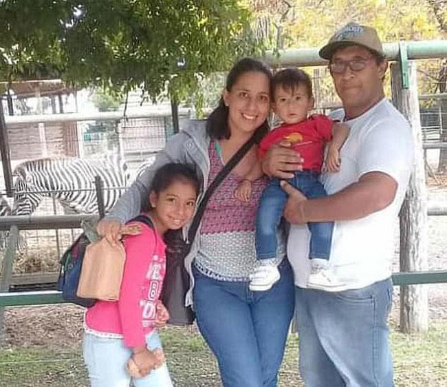 Vợ chồng Ojeda cùng hai con lớn ở thành phố Corrientes, Argentina. Ảnh: Newsflash.