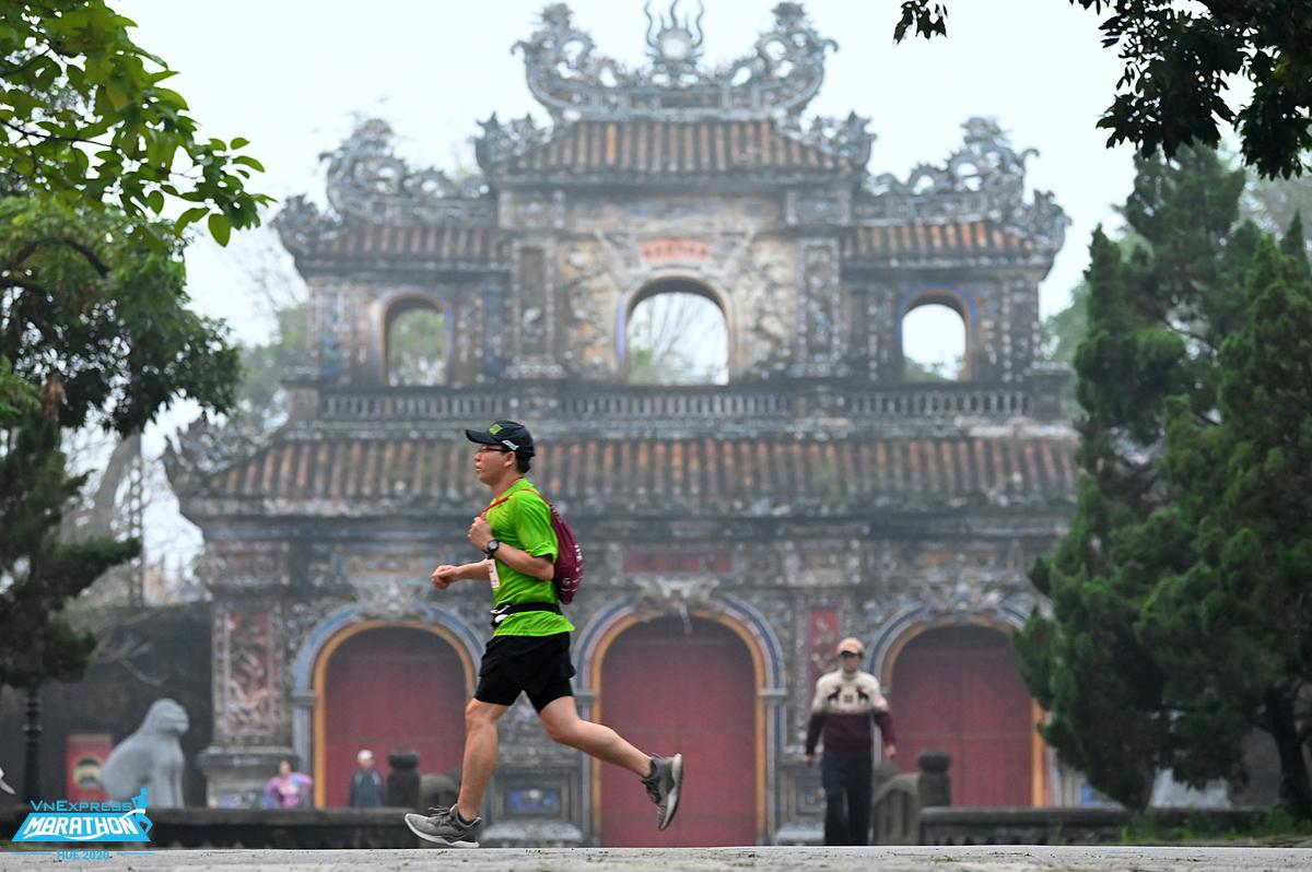 Một runner tại giải VnExpress Marathon Huế 2020. Ảnh: VnExpress Marathon.