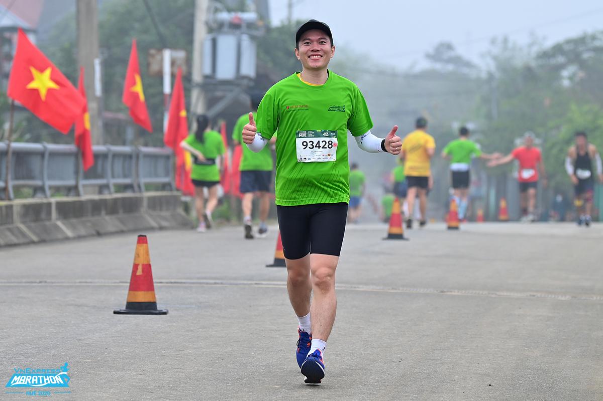 Runner chạy trong sáng sớm tại Huế. Ảnh: VnExpress Marahton.