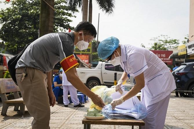 Nhân viên y tế chốt trực tại chung cư Đại Thanh.