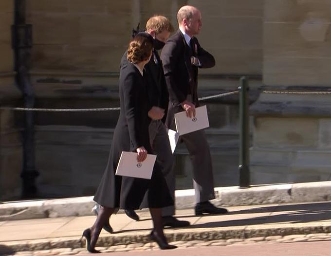 Vợ chồng William - Kate trò chuyện với Harry như một động thái hàn gắn sau đám tang Hoàng thân Philip hôm 17/4. Ảnh: ITV.