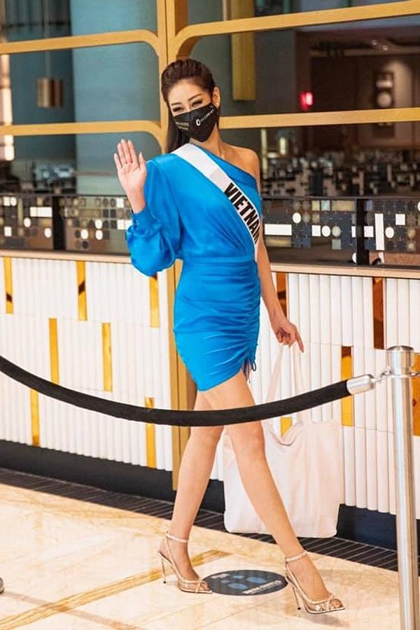 Á hậu Lệ Hằng tặng Khánh Vân một bộ váy tông màu tươi tắn.