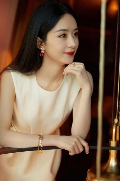 Ngôi sao Trung Quốc xinh đẹp trong hình ảnh gửi tới truyền thông.