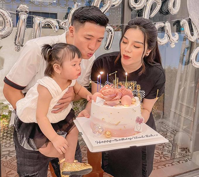 Vợ chồng Bùi Tiến Dũng và con gái đầu lòng Sushi thổi nế sinh nhật Khánh Linh hồi tháng 3. Ảnh: KL.