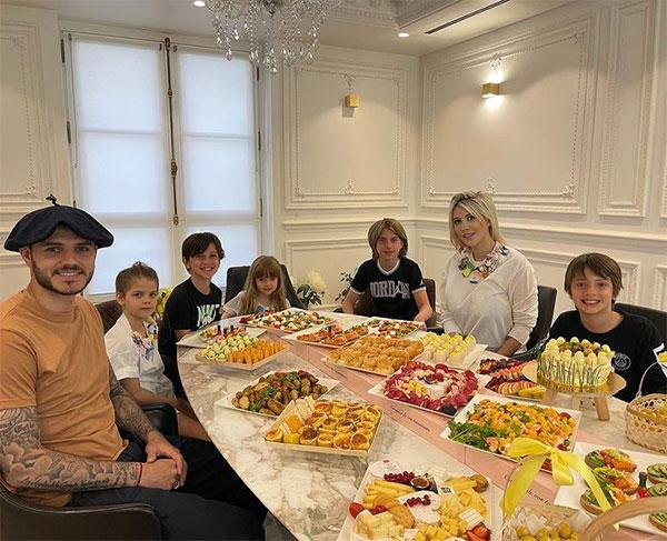 Vợ chồng Icardi bên 5 đứa con trong đó ba con trai là con riêng của Wanda Nara với chồng trước Maxi Lopez. Ảnh: Instagram.