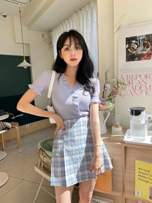 Những cô nàng muốn hack dáng và giúp mình trẻ trung hơn tuổi có thể chọn áo dệt kim mỏng để sử dụng cùng các kiểu chân váy ngắn.