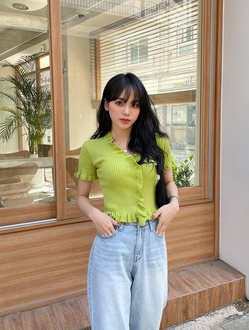 Áo dệt kim mỏng, áo cardigan mùa hè với nhiều tông màu bắt mắt là xu hướng được các fashioista xứ Hàn lăng xê nhiệt tình ở mùa mốt mới.