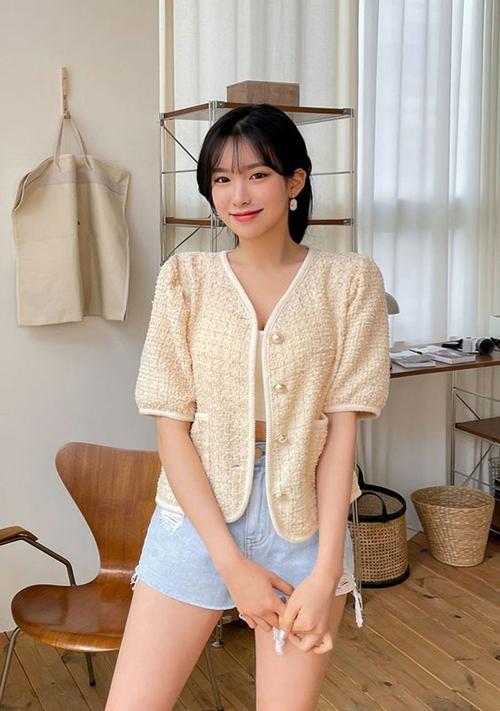 Dạo phố mùa hè, các nàng vẫn có thể sử dụng các mẫu áo khoác dáng lửng, thiết kế trên vải mỏng để mang lại sự cân đối cho tổng thể.