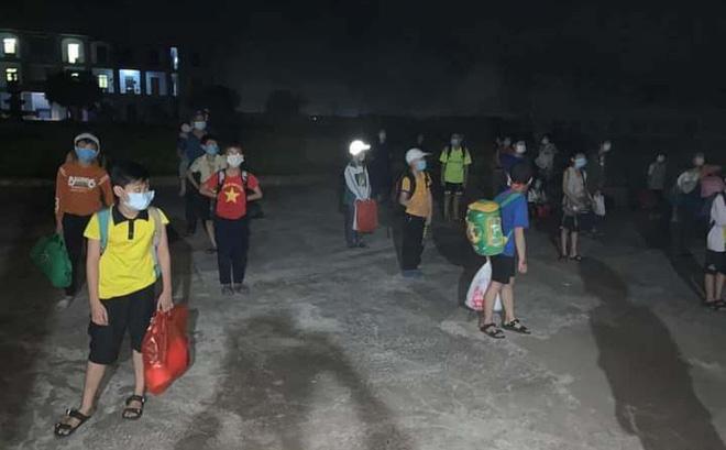Các học sinh cùng lớp với nam sinh lớp 6 được đưa đi cách ly tập trung trong đêm. Ảnh: Đỗ Đức Lộc