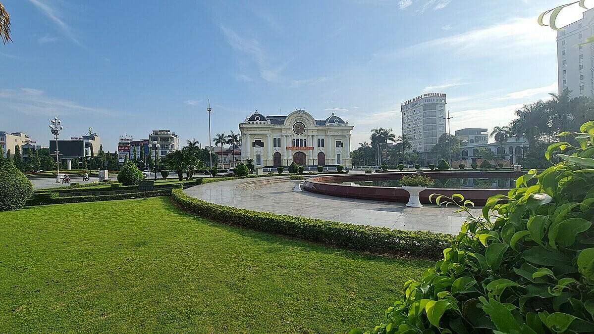 Khung cảnh vắng lặng tại quảng trường, trước cửa nhà hát Lam Sơn, TP Thanh Hoá, sáng 11/5. Khu vực này dịp bình thường mỗi tối đón cả nghìn người tới dạo bộ hoặc kinh doanh buôn bán nhưng sẽ bị cấm hoạt động từ đêm nay.