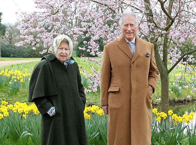 Nữ hoàng Elizabeth II và Thái tử Charles trong khu vườn ở lâu đài Windsor hồi mùa xuân. Ảnh: PA.