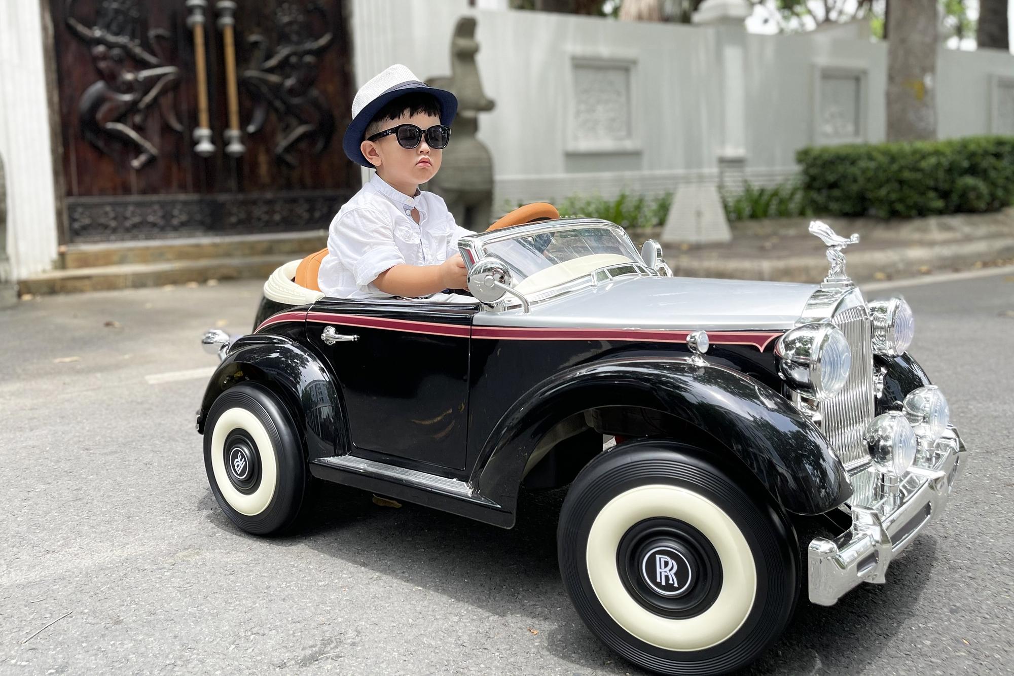 Cháu trai Bảo Thy thích thú với siêu xe đồ chơi.