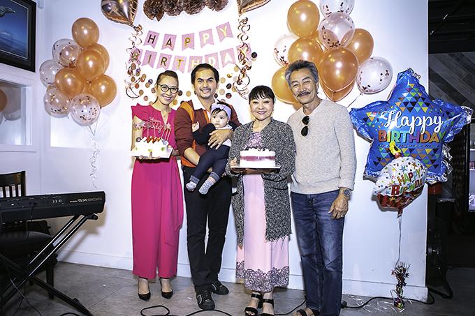 Vợ chồng danh ca Hương Lan đến chia vui cùng gia đình Đức Tiến và Bình Phương. Trùng hợp hôm đó cũng là sinh nhật chị nên nữ danh ca được tặng một chiếc bánh kem để thổi nến mừng tuổi mới.