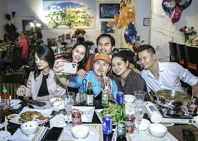 Đức Tiến đãi tiệc toàn món Việt với thực đơn hợp khẩu vị số đông khách mời. Anh thấy hạnh phúc vì mọi người tụ họp đông đủ trong ngày vui của bà xã.