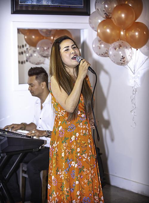Ca sĩ Cam Thơ hát cùng lúc hai ca khúc ruột. Đức Tiến cho biết Cam Thơ có tính cách vui vẻ, sôi nổi, thường là tâm điểm trong các cuộc vui.