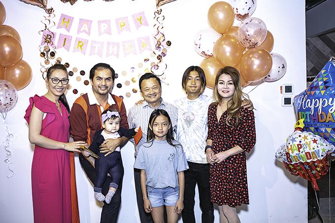 Gia đình doanh nhân Thanh Mai - mẹ nuôi của bé Mèo, không thể vắng mặt. Thanh Mai là bạn thân của Đức Tiến, cũng là một trong số ba người mẹ đỡ đầu lúc bé Mèo lọt lòng.