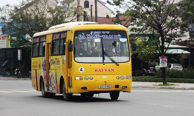 Xe buýt chạy tuyến Đà Nẵng – Quảng Nam. Ảnh: Sơn Thủy.