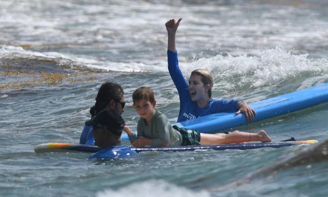 Ivanka cổ vũ con gái Arabella học lướt ván. Ảnh: Page Six.