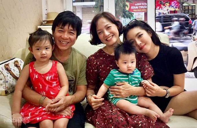 Lê Khanh cùng con gái lớn Lam Khê bên ba bố con đạo diễn Đoàn Minh Tuấn.