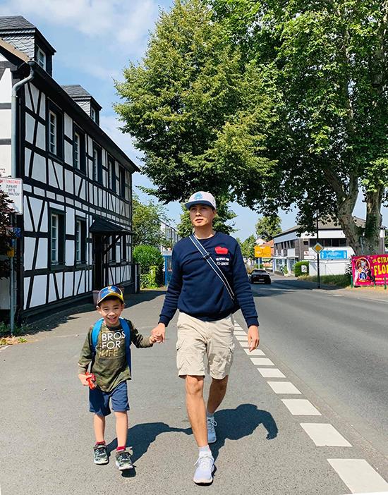 Tác giả Nguyễn Ngọc Lâm và con trai trong chuyến du lịch châu Âu.
